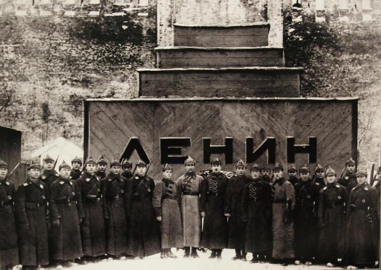 Караул 1-й Советской объединённой военной школы РККА имени ВЦИК у временного мавзолея. 1924 год