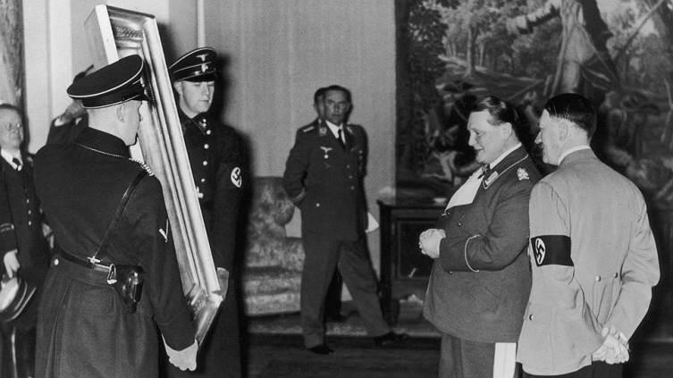 Главари нацистов осматривают произведения искусства