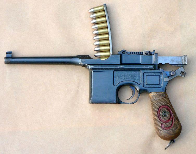 Заряжание неотъёмного магазина пистолета Mauser C96 с помощью обоймы