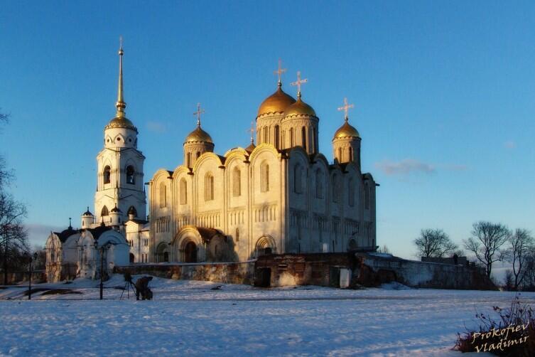 Успенский Собор во Владимире. Изначально одноглавый, но уже к концу XII века он стал пятиглавым