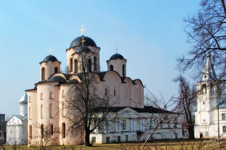 Николо-Дворищенский собор (XII век) в Великом Новгороде был построен по инициативе и на средства князя Мстислава на Ярославовом дворище