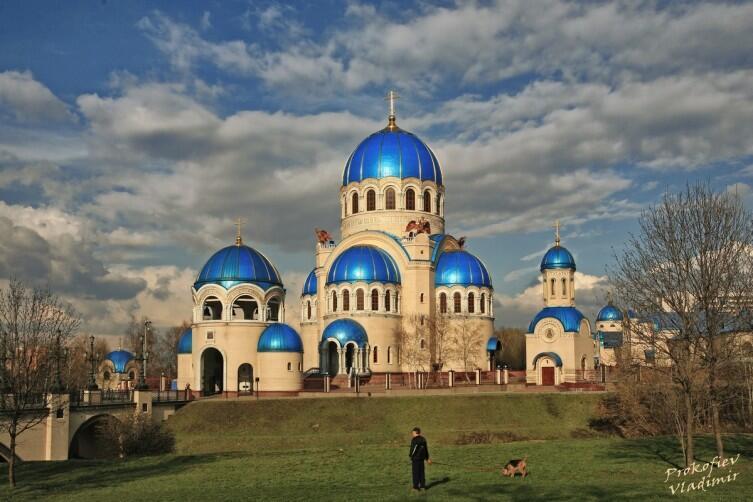 Храм Троицы Живоначальной (2001-2004) на Борисовских прудах посвящён 1000-летию крещения Руси