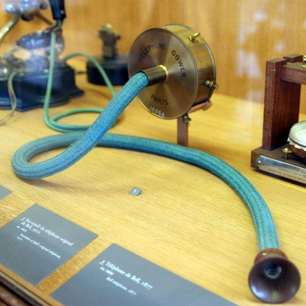 Копия оригинального телефона Александра Белла из Музея искусств и ремёсел, Париж
