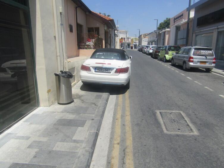 Парковка на тротуаре в Пафосе