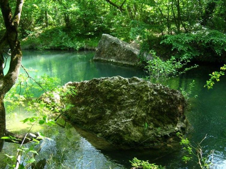 Заводь Черной реки между двумя валунами прекрасно подойдет для купания