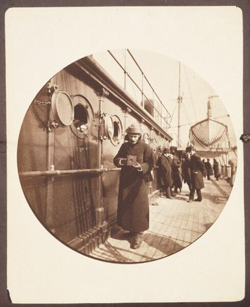 Джордж Истмэн на палубе парохода. Снимок сделан фотоаппаратом «Кодак» № 1