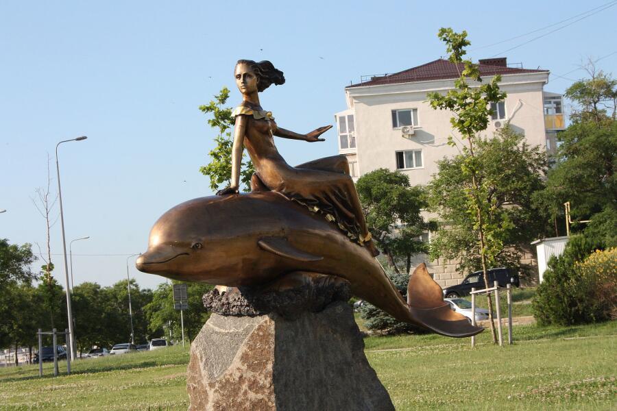 Скульптура «Дельфин и русалка» в Новороссийске