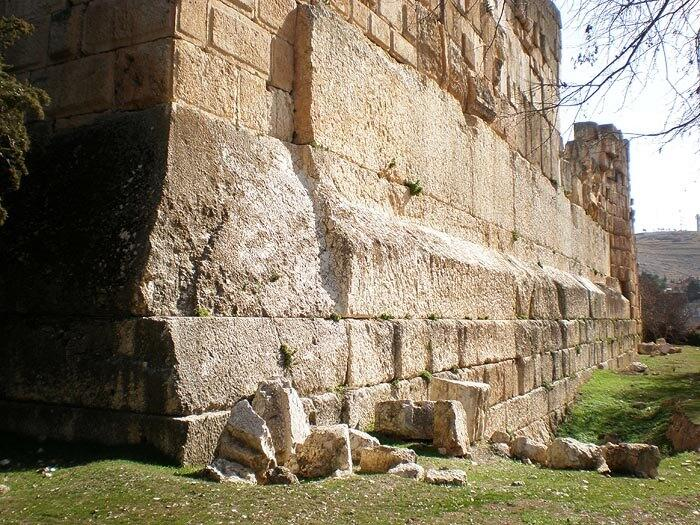 Трилитон Баальбека — три мегалита западной подпорной стены храма Юпитера в Баальбеке, ориентировочной массой по 800 тонн