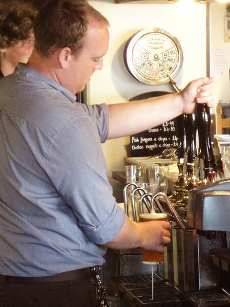 Для заполнения бокала бармен пользуется ручной помпой