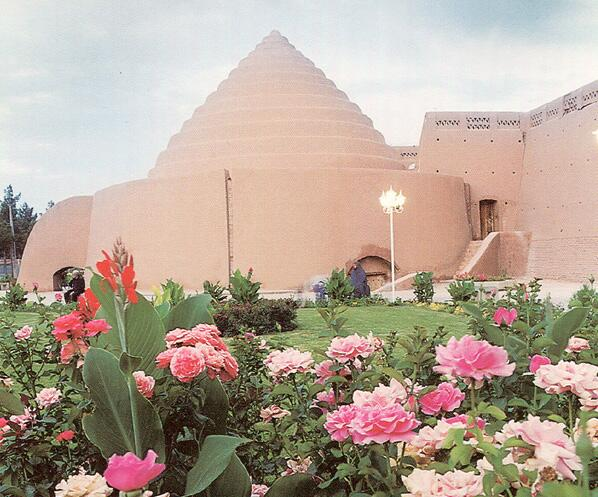 Древний ле́дник якчал, построенный в Кермане, Иран, в Средневековье, для хранения льда и продуктов в летнее время