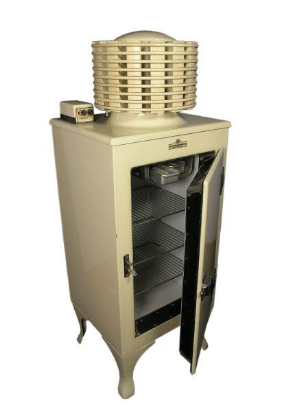 Ранний электрический холодильник, с цилиндрическим теплообменником сверху. Из коллекции музея Thinktank (Англия)