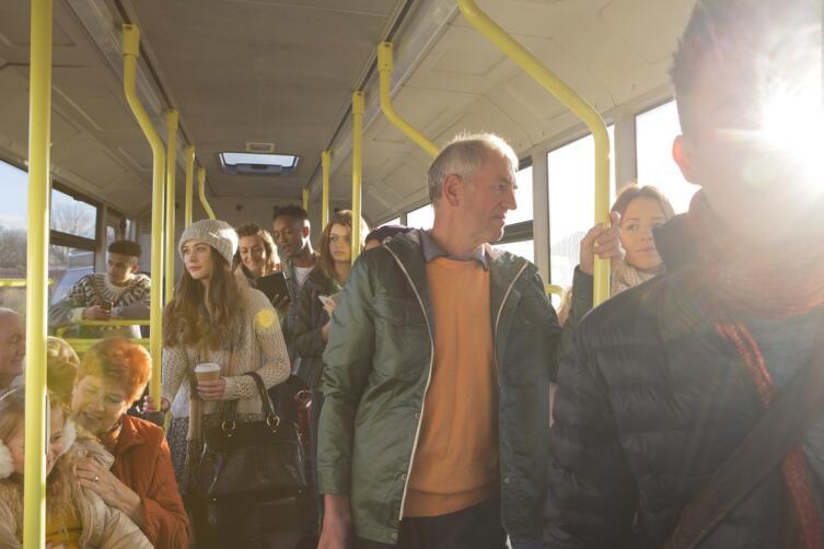Учитесь соблюдать уважение к окружающем, когда пользуетесь мобильником в автобусе