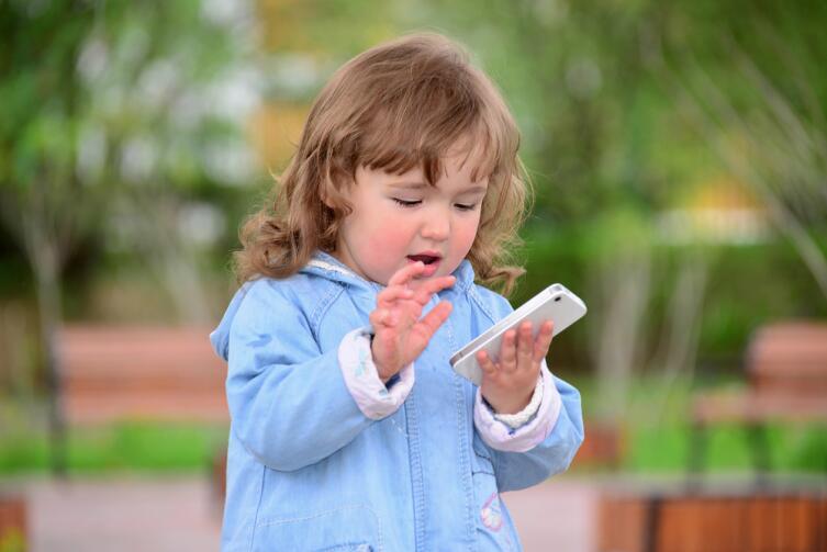 В некоторых странах ребенок, чтобы получить телефон, должен сдать правила