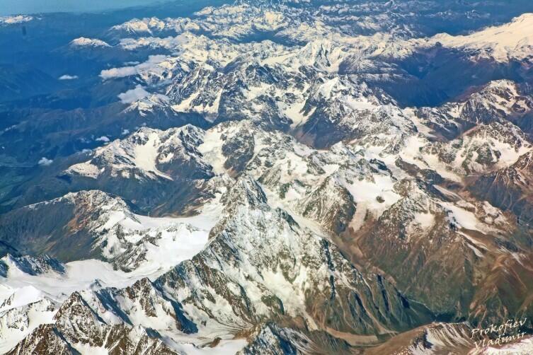 Вид на горы Кавказа из иллюминатора самолета