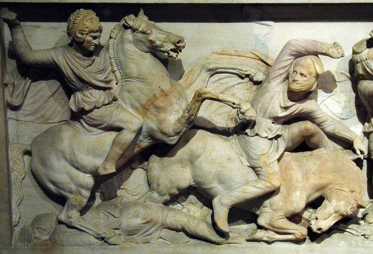 Александр Македонский в шлеме Геракла (голова льва) на саркофаге из Сидона