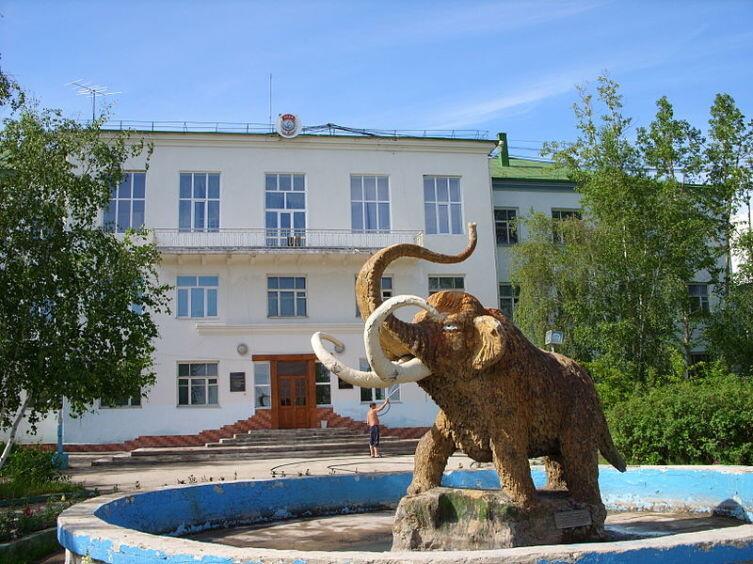Якутск. Памятник мамонту у Института мерзлотоведения
