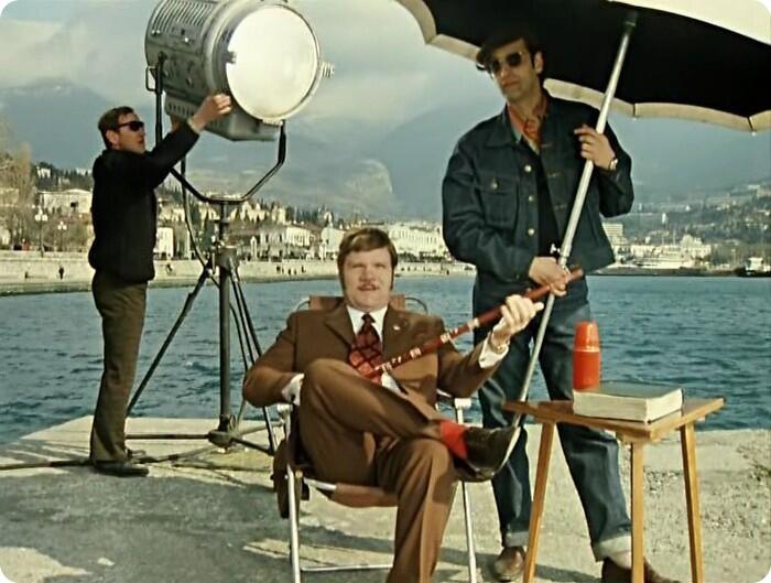 Леонид Гайдай с зонтом в эпизоде фильма