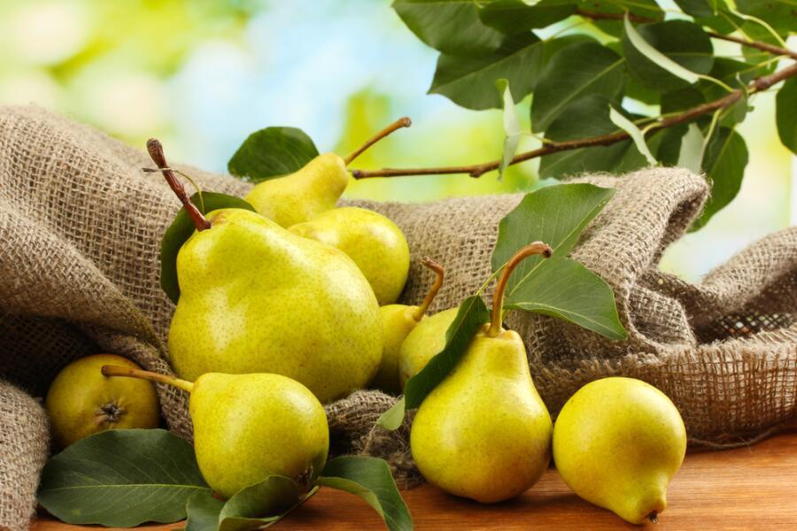 Как приготовить горячие десерты из груш и слив? Рецепты для микроволновки