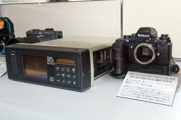 Цифровой зеркальный фотоаппарат «Kodak DCS 100» и блок записи данных, 1991 г.