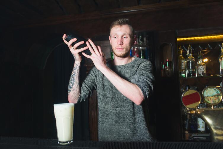 Если запивать водку кефиром, можно долго не пьянеть