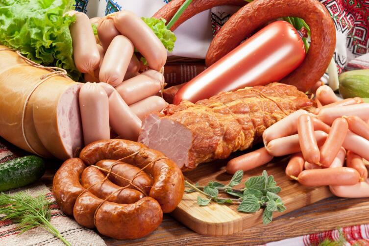 Колбасы и копчености содержат очень много соли!
