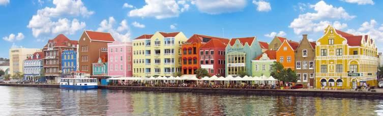 Удивительно смотрятся под тропическим небом дома, стилизованные под старый Амстердам, мерзнущий у Северного моря