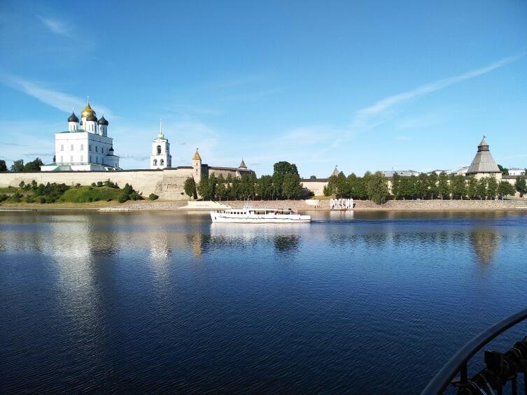 Вид на кремль с противоположного берега реки