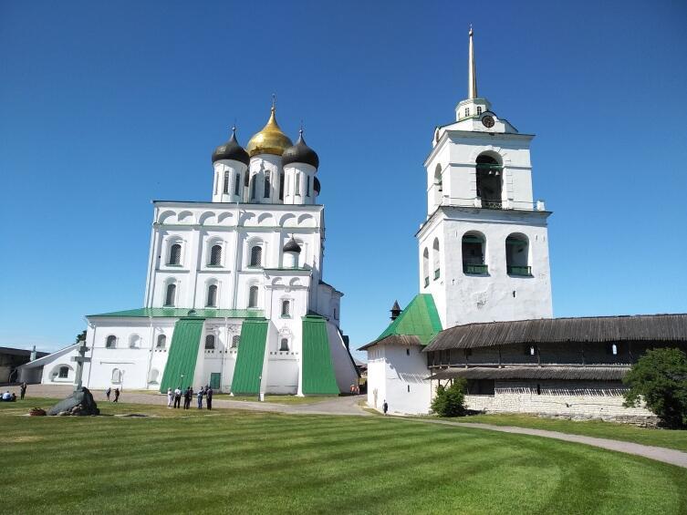Колокольня и собор внутри Псковского кремля