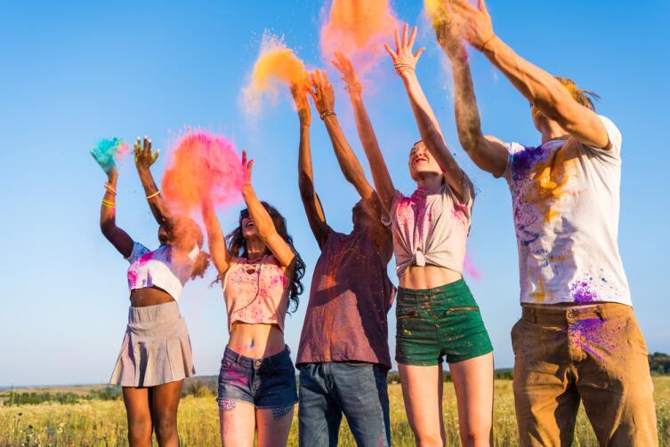 Фестиваль — это масштабное событие с участием большого количества людей, привлекающее внимание СМИ
