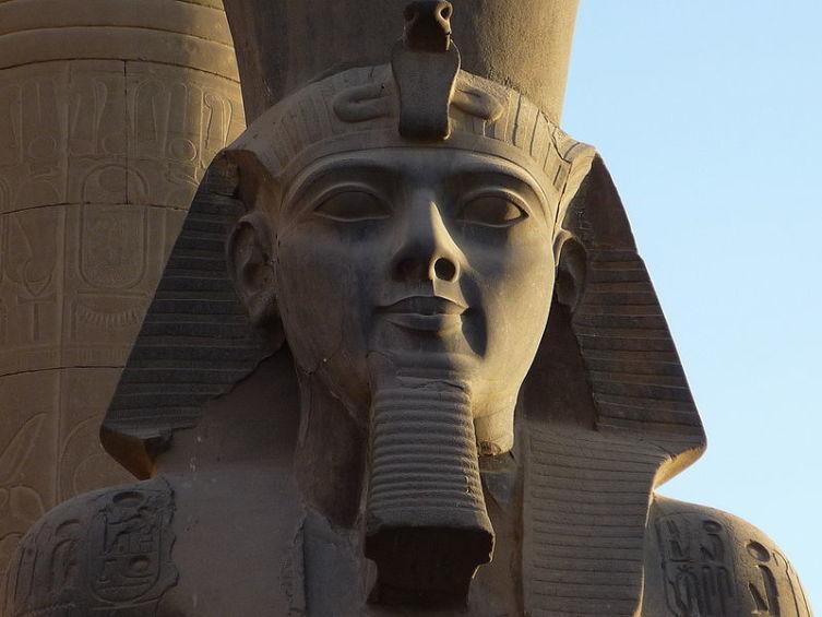 Голова статуи Рамсеса II в Луксорском Храме