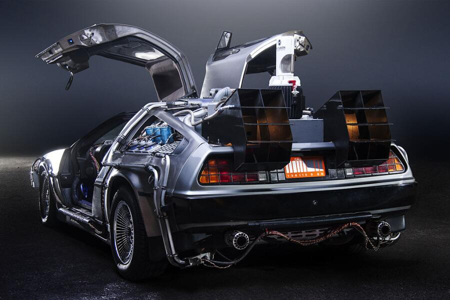 Машина времени из фильма «Назад в будущее» в виде модифицированного автомобиля DeLorean