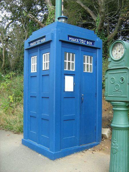 Машина времени из сериала «Доктор Кто» в виде полицейской будки ТАРДИС