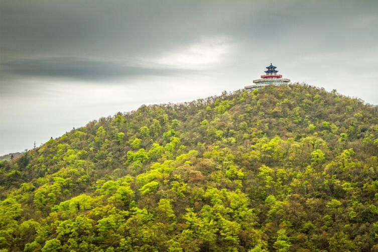 Чем примечательна гора Тяньмэн в Китае?