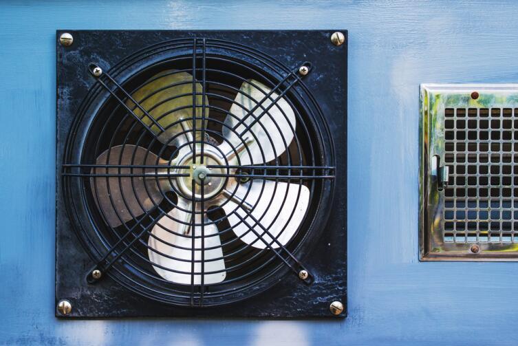 В гараже вентилятор заменит вытяжку
