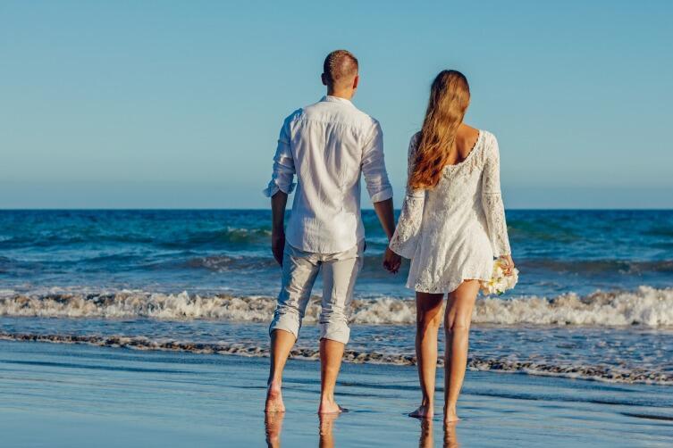 Летняя свадьба может быть на открытом воздухе, у моря