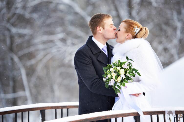 Некоторые невесты выбирают зиму из-за белой шубки и снежных фото