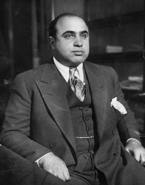 1930 год, Капоне в Чикагском детективном бюро после его ареста по обвинению в «бродяжничестве»