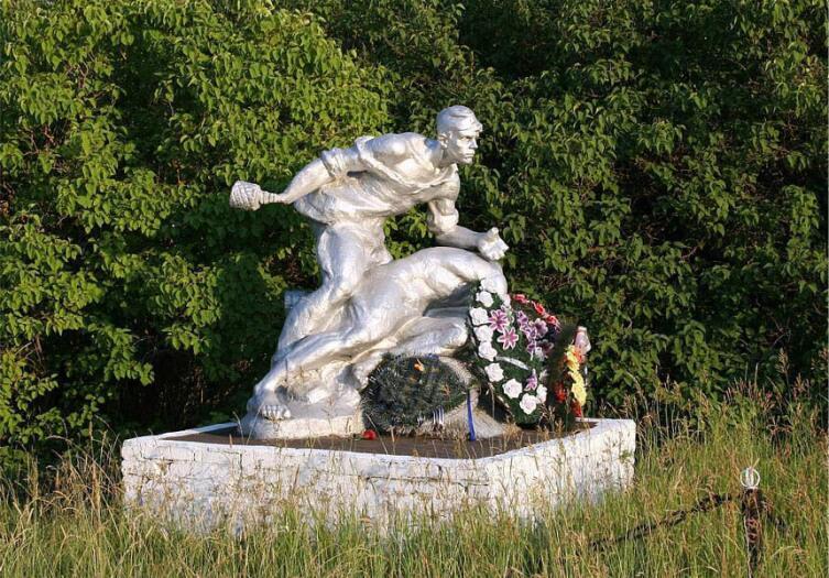 Памятник советским воинам на шоссе Псков-Остров, Псковская область, Россия