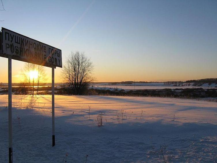 Озеро Ка́менец зимой на въезде в Пушкинские Горы