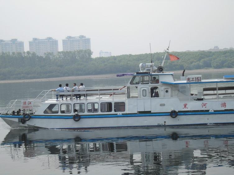 Прогулочные речные трамвайчики— что в России, что в Китае— только что название по-китайски.