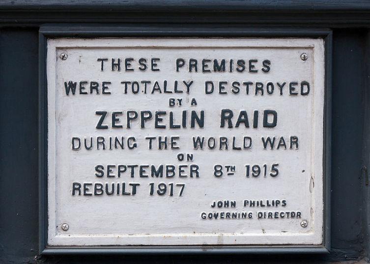 Памятная табличка, установленная в память о жертвах рейда