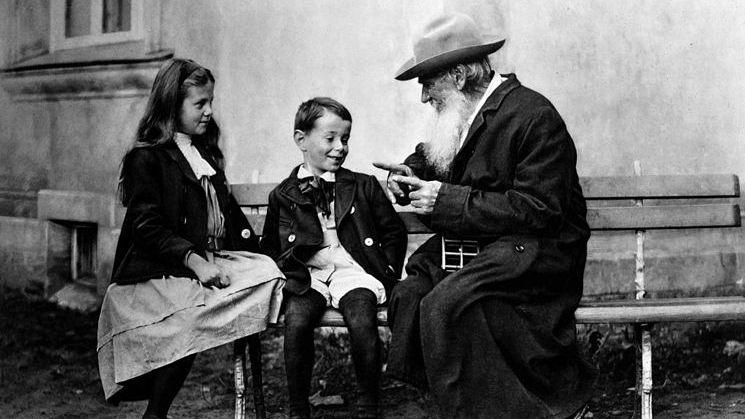 Л. Н. Толстой рассказывает сказку об огурце внукам Ильюше и Соне, 1909 г., Крёкшино, фото В. Г. Чертков