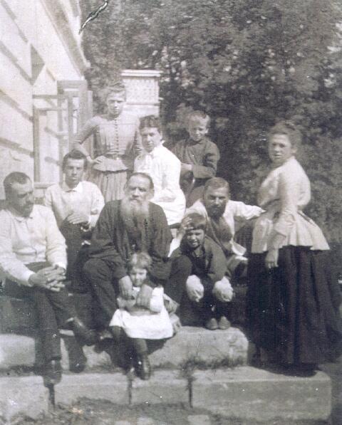 Л. Н. Толстой с женой и детьми, 1887 г.