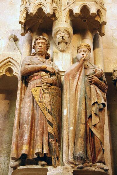 Статуя графа Эккехарда из Наумбургского собора демонстрирует, как пояс меча оборачивался вокруг ножен
