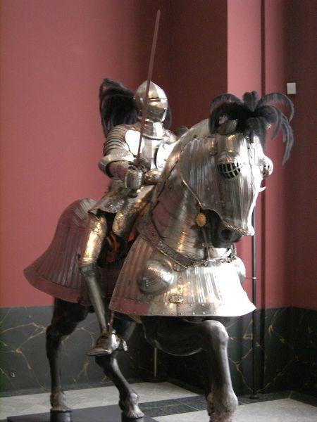 Рыцарь в турнирных латах XVI века на бронированном коне. Музей Цвингер в Дрездене