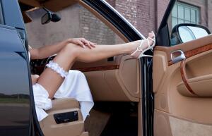 Подвязка невесты — трогательный свадебный атрибут?