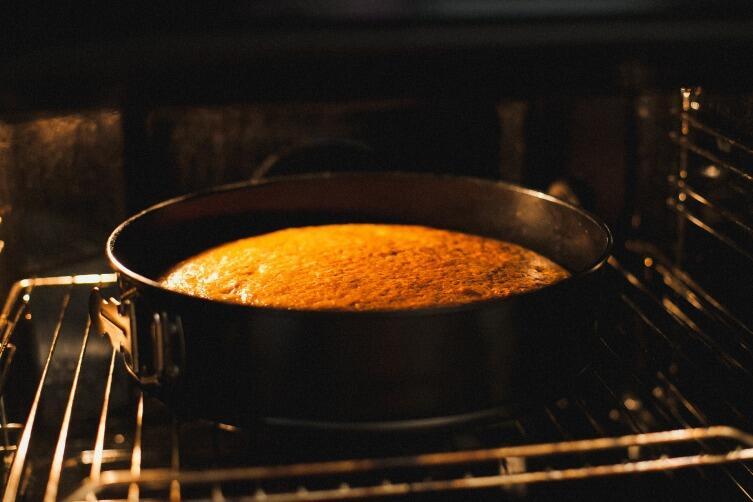 Первые 30 минут выпекания в духовке вообще не трогайте дверцу духовки