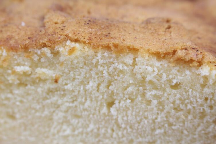 Бисквит боится тряски и может «осесть» даже от резкого хлопка дверцы духовки