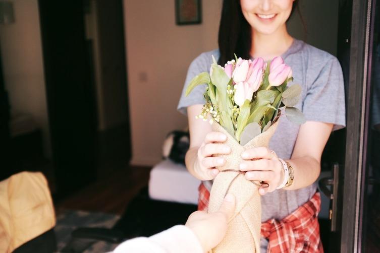 Дарите девушке цветы