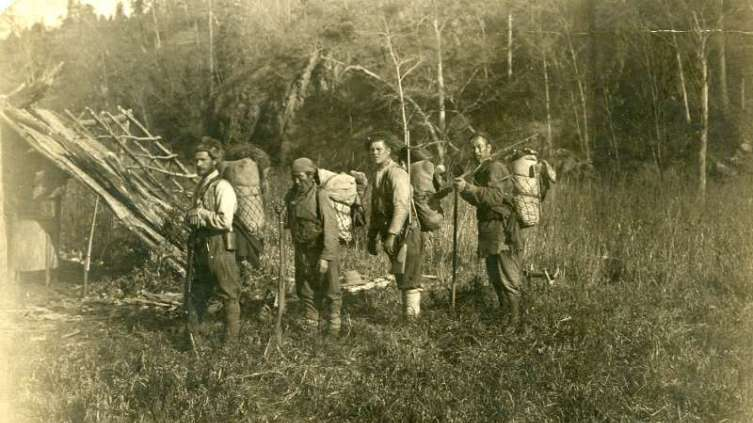 В. Арсеньев, Д. Узала, неопознанный солдат и Чжан-Бао (слева направо) в походе по бассейну реки Такема, 1907 г.
